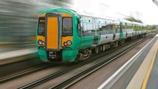 Новый закон позволил бы автоматически компенсировать задержку поездов