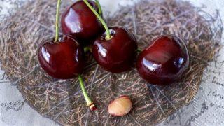 Мужчину могут оштрафовать на £2500 за то, что он бросил вишневые косточки на землю