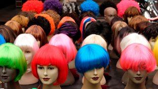 16-летнего подростка отправили из школы домой из-за парика и макияжа