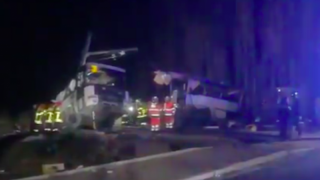 Школьный автобус разорвало на части после столкновения с поездом