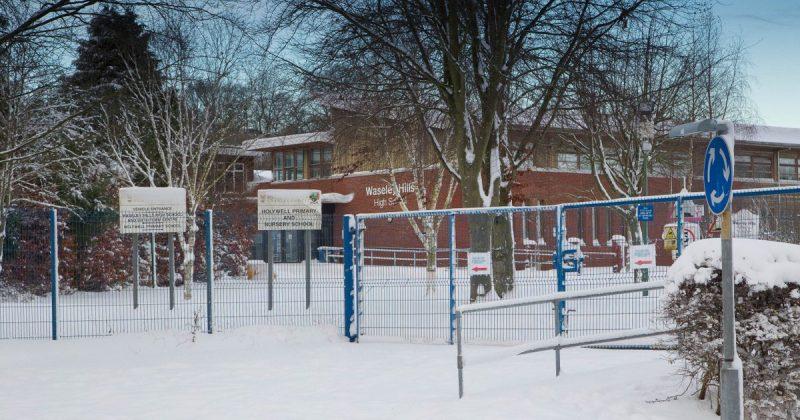 Общество: Десятки школ закрыты уже второй день из-за снегопада и гололедицы