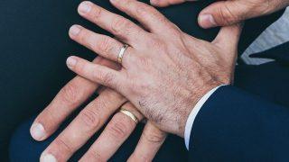 Двое ирландских мужчин решили создать семью, чтобы не платить налог на наследство