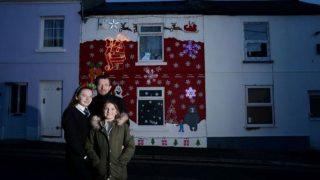 К Рождеству отец украсил дом героями из рекламы John Lewis и Aldi