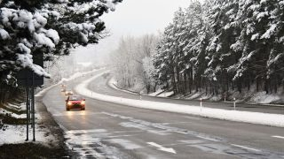 Что такое черный лед? Автомобилистов и пешеходов предупреждают о большом снегопаде в понедельник
