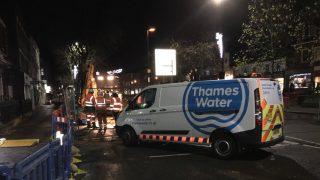 Дома в Тьюксбери все еще лишены водоснабжения после прорыва трубы