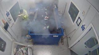 Сигнальная ракета взорвалась в руках у сортировщика мусора