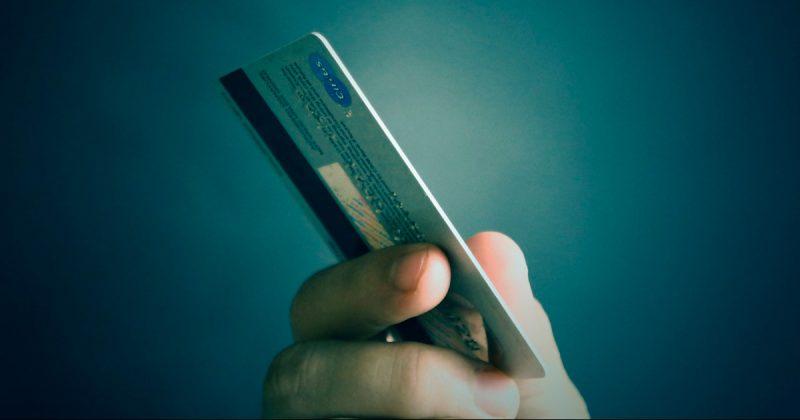 Общество: Несовершеннолетним предлагают кредитные карты, втягивая их в долги
