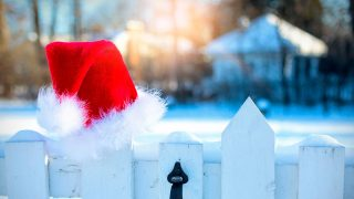 Крутой вираж: Санта спешит на помощь поскользнувшейся на льду девушке