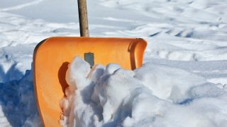 Почему здоровые люди падают замертво при уборке снега