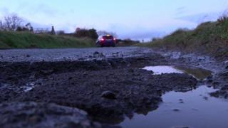 Что делать, если вы разбили машину из-за ямы на дороге?