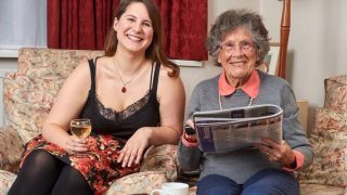 Сайт Homeshare нашел 95-летней вдове компаньонку и подругу младше ее на 67 лет