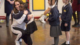 Не по протоколу: вместо рукопожатия ученики обнимали Кэйт, герцогиню Кембриджскую