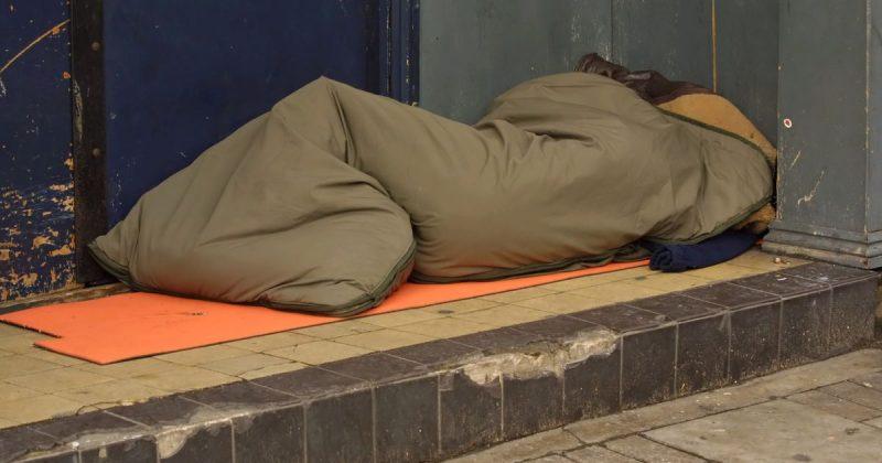 """Общество: Мужчина пытался поджечь спальный мешок бездомной девушки, бормоча """"отбросы общества"""""""