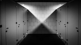 Школа Мерсисайда убрала стену в туалете для девочек и повесила напротив видеокамеру