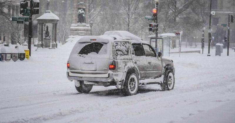 Общество: Бездомный помог водителям вытолкать застрявшую в снегу машину, подложив под колеса свое одеяло