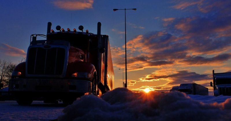 Происшествия: Водитель грузовика доставил рожающую женщину в больницу по затопленной дамбе