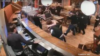 Видео: посиделки в пабе превратились в кровавую массовую драку