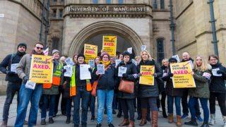 Преподаватели вышли на улицы Великобритании в знак протеста против сокращений пенсий
