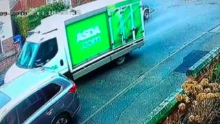 Видео: грузовик Asda врезался в припаркованный автомобиль и скрылся с места преступления