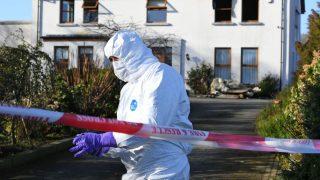 Злоумышленники связали и ограбили женщину, а затем подожгли ее дом