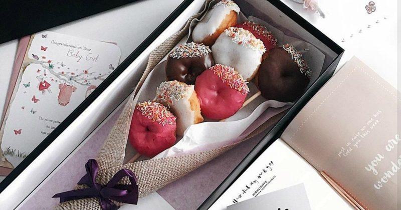 """Популярное: Необычный способ сказать """"Я тебя люблю"""": букет и обручальное кольцо из пончиков"""