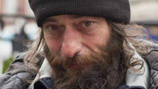 Полиция призывает людей прекратить давать деньги бездомным