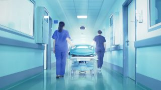 NHS тратит миллионы на услуги финансовых экспертов, только усугубляющих больничный кризис