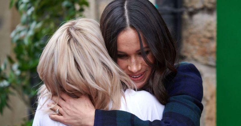 Общество: Меган Маркл проигнорировала протокол, обняв женщину за приятный комплимент