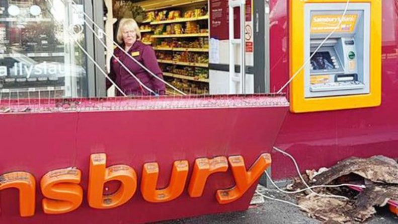 Общество: Вывеска супермаркета Sainsbury's упала женщине на голову