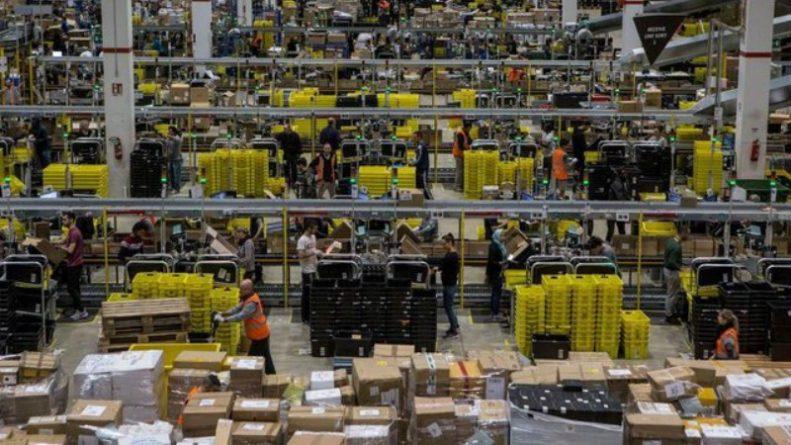 Общество: Amazon превратит сотрудников в роботов с помощью специальных браслетов