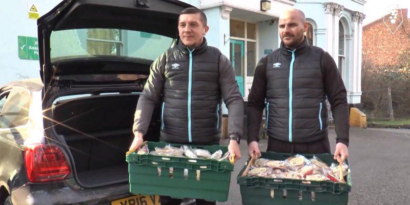 """Общество: Игроки """"Солфорд Сити"""" пожертвовали еду бездомным"""