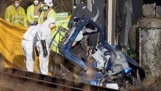 Два человека погибли в результате столкновения автомобиля с поездом в Западном Сассексе