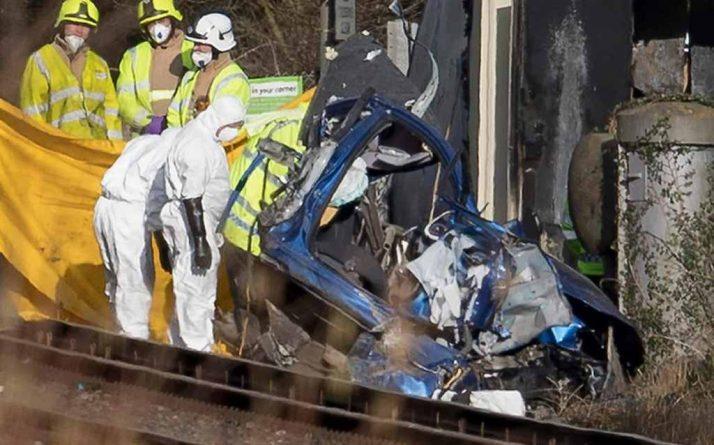 Происшествия: Два человека погибли в результате столкновения автомобиля с поездом в Западном Сассексе