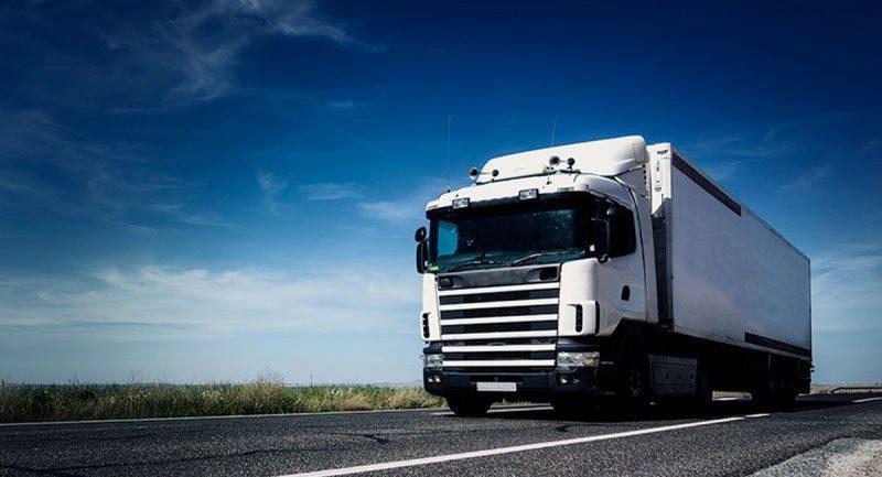 Общество: Водитель грузовика не смог получить работу в британской компании из-за того, что он британец