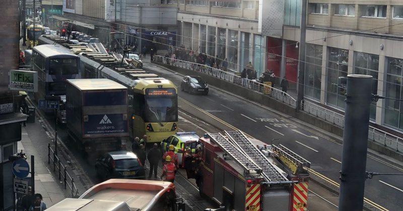 Происшествия: В Манчестере велосипедиста спасли от трамвая