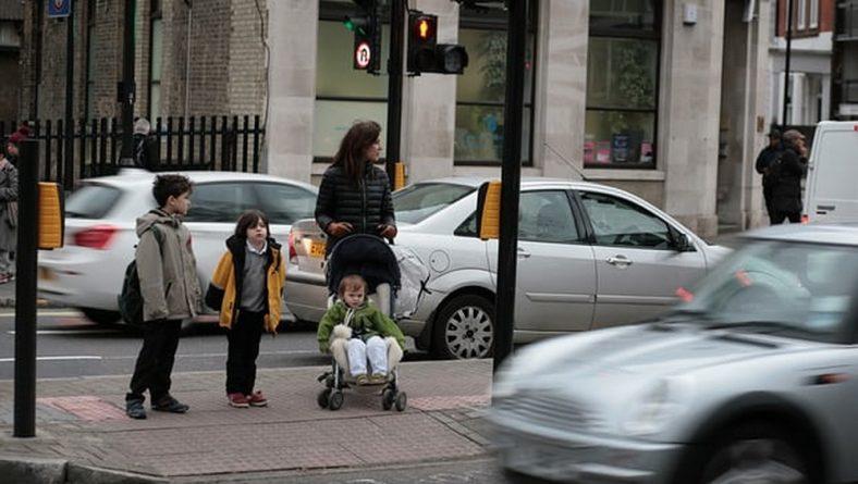 Общество: Родители требуют от британских школ ограничить движение транспорта