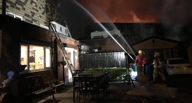 Происшествия: Сильный пожар в Большом Манчестере остановил поезда