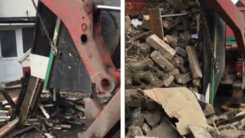 Общество: Рабочие высыпали 15 тонн мусора на крыльцо мужчины, отказавшегося платить за уборку