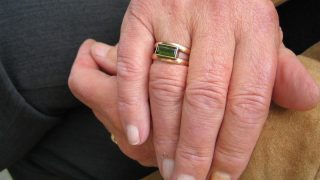 Пенсионер задушил больную супругу из любви к ней, а затем покончил жизнь самоубийством