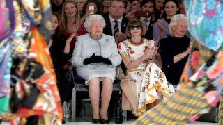 Королева посетила показ дизайнера Ричарда Куинна в рамках Лондонской недели моды