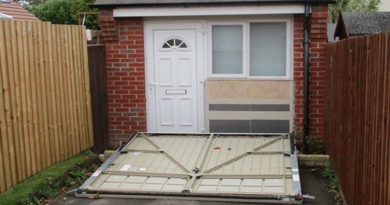 Общество: Семейная пара спрятала жилое помещение за фальшивыми гаражными дверями