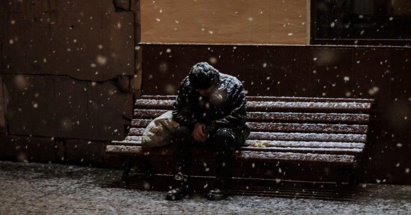 Общество: Что делать, если вы увидели бездомного, спящего на улице в мороз