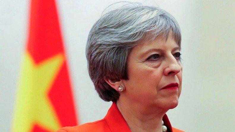Политика: Британский премьер против вида на жительство европейцев после Brexit