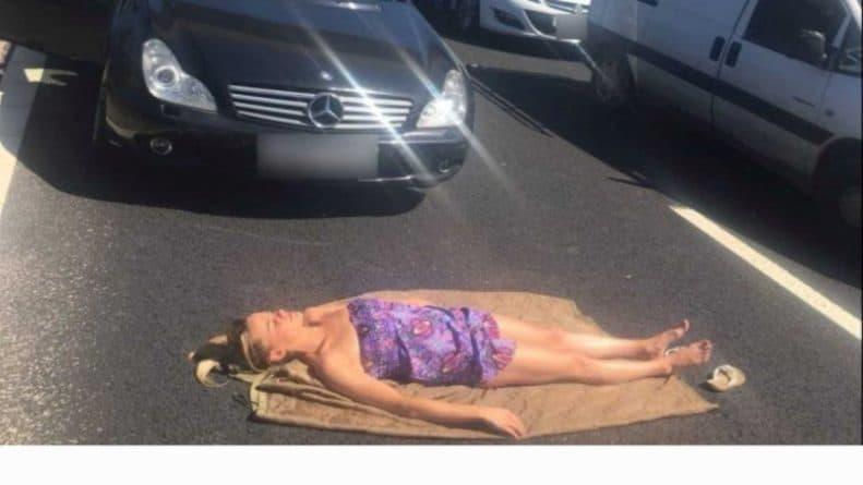 """Общество: """"Я на солнышке лежу"""": женщина улеглась позагорать между машинами, стоявшими в пробке"""