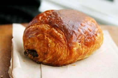 французская булочка с шоколадом