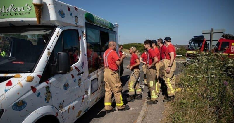 Общество: Фургон с мороженым угостил пожарных, которые уже неделю борются с огненным бедствием