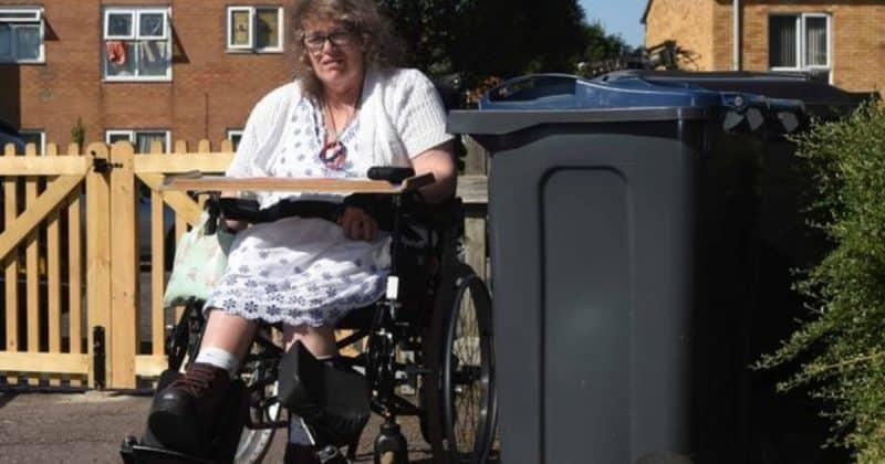 Общество: Женщина-инвалид выпала из инвалидной коляски, пытаясь проехать мимо мусорных баков, которые стояли посреди улицы
