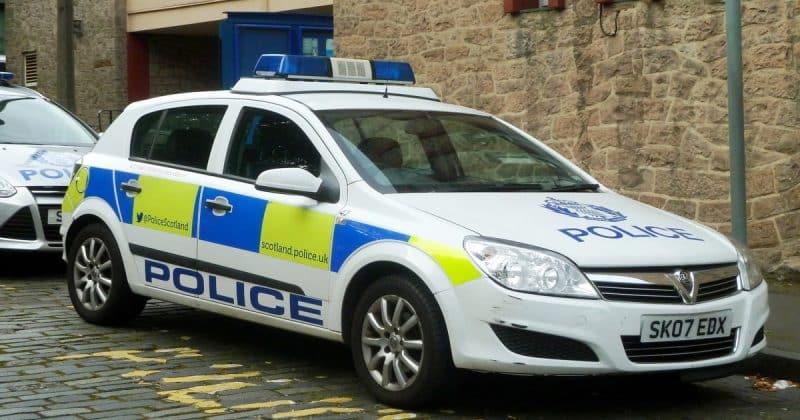 Общество: Полицейский сохранил работу, несмотря на национальные призывы наказать его за расизм