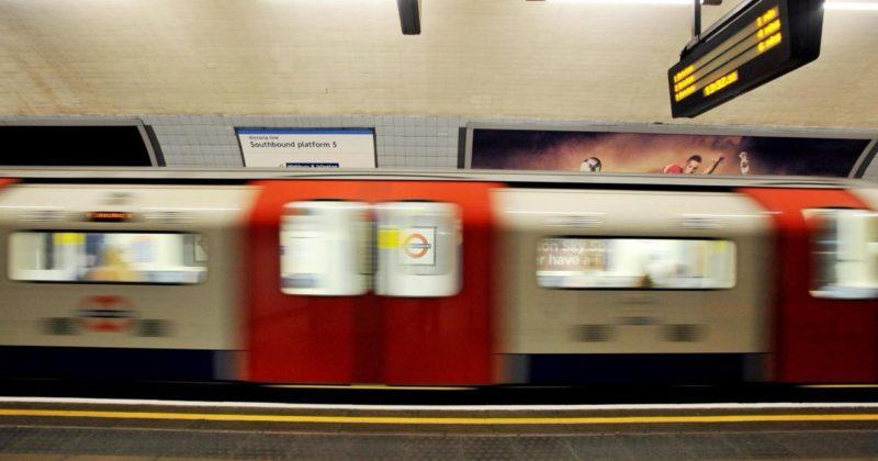 Происшествия: В лондонском метро мужчина ударил в живот беременную, которая случайно зацепила его