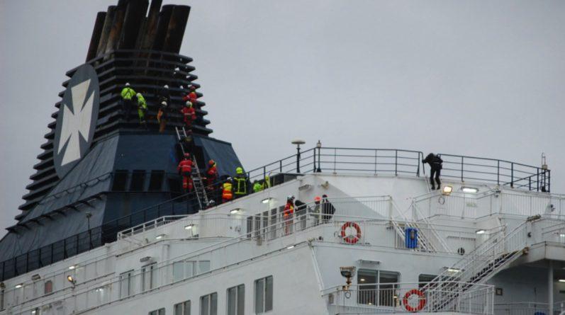 Общество: 100 мигрантов штурмовали британский корабль возле Кале